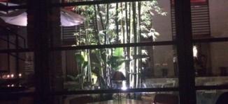 「ウィズザスタイル メインダイニング コットン」プールが見える雰囲気の良いレストラン【福岡市博多区】